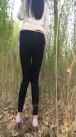【預計4月26日21時下載地址生效】極品身材高挑長腿正妹 完美身材性感高跟美腿翹臀曲線 树林大胆露出寻找刺激