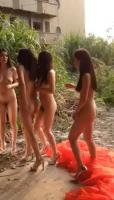 【预计3月20日20时下载地址生效】四位嫩模户外裸拍 完美身材长腿美臀 摄影师录制为修剪片花流出 真实出镜